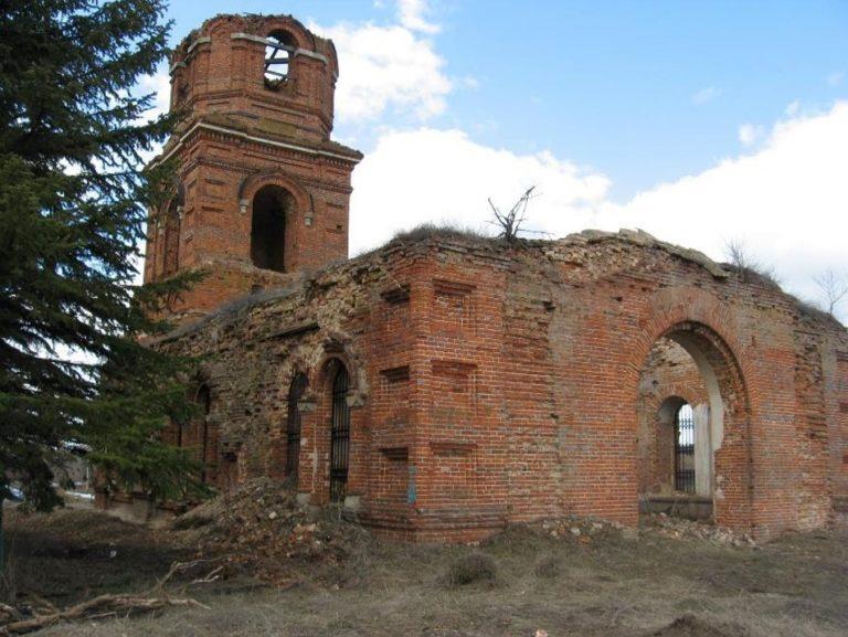 Общий вид Храма с юго-востока. У здания утрачена кровля, разрушена кладка верхней части стены, во многом утрачена лицевая кладка южного фасада.