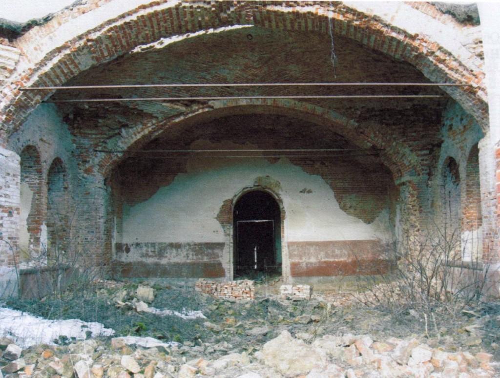 Общий вид интерьера трапезной. Вид на запад. Штукатурка стен и откосов почти полностью утрачена.