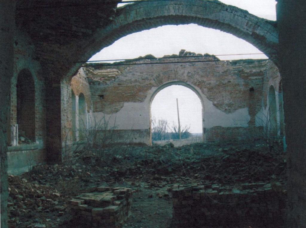 Общий вид интерьера трапезной. Вид на восток. Полностью разрушен парусный свод восточной части.