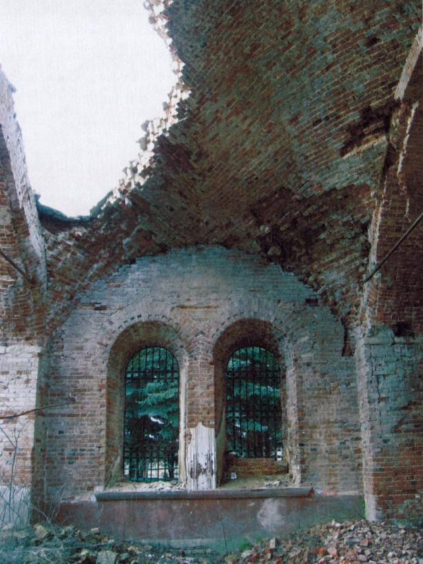 Центральный парусный свод. Вид на южную стену. В восточной части свод разрушен, видны вывалы в западном парусе и подпружной арке.